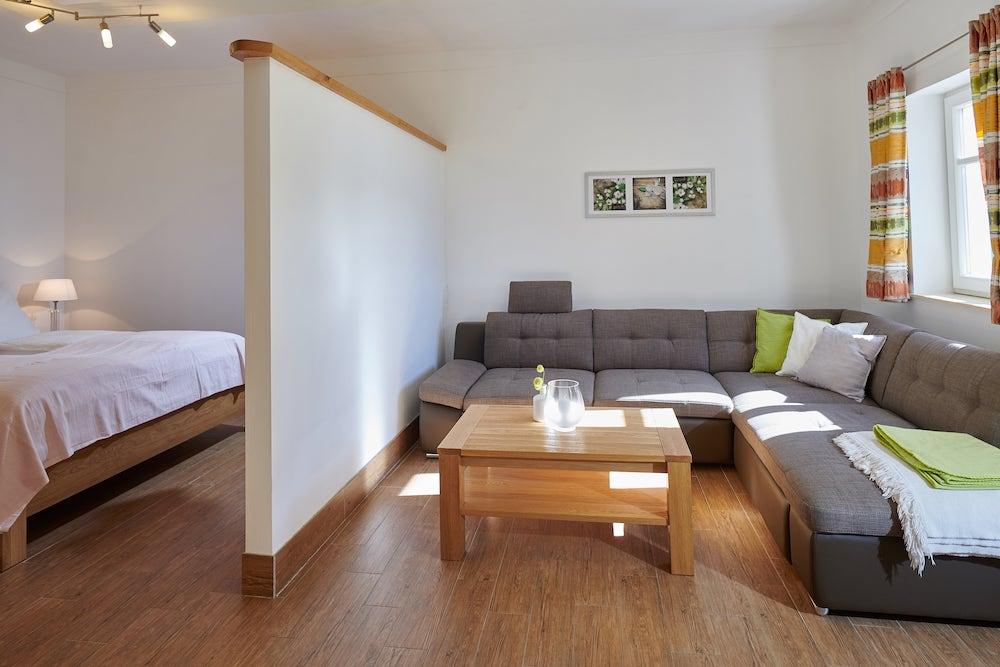 Wohnbereich mit ausziebarerem Sofa